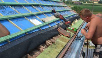 Nieuwe zinken dakgoten plaatsen